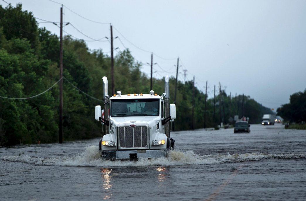 В Хьюстоне ураган Харви вывел из строя систему охлаждения на химическом заводе компании Arkema