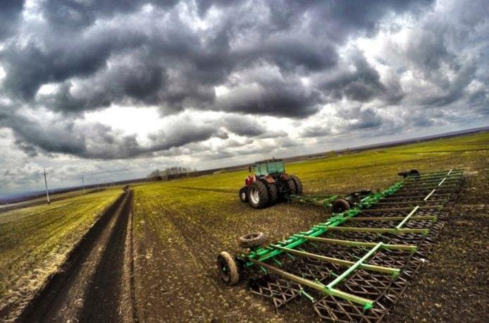 В Мордовии боронуют сельскохозяйственные угодья