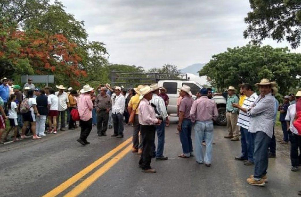 В Мексике грабят грузовики с удобрениями