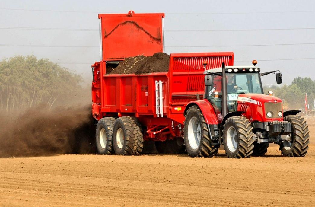 В Беларуси началось внесение органических удобрений