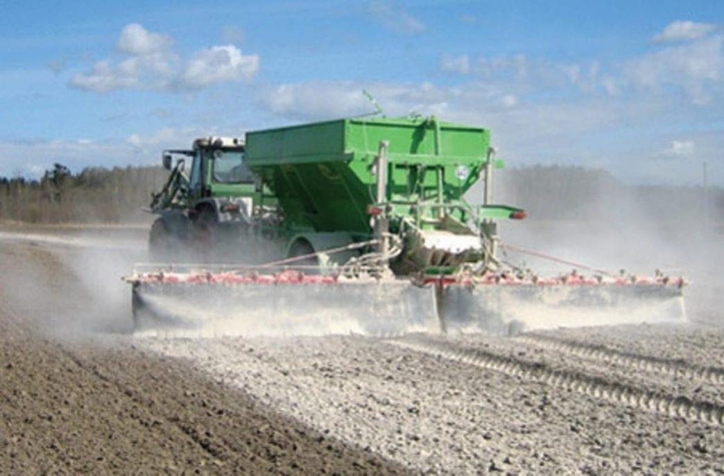 В Беларуси продолжается внесение органических удобрений
